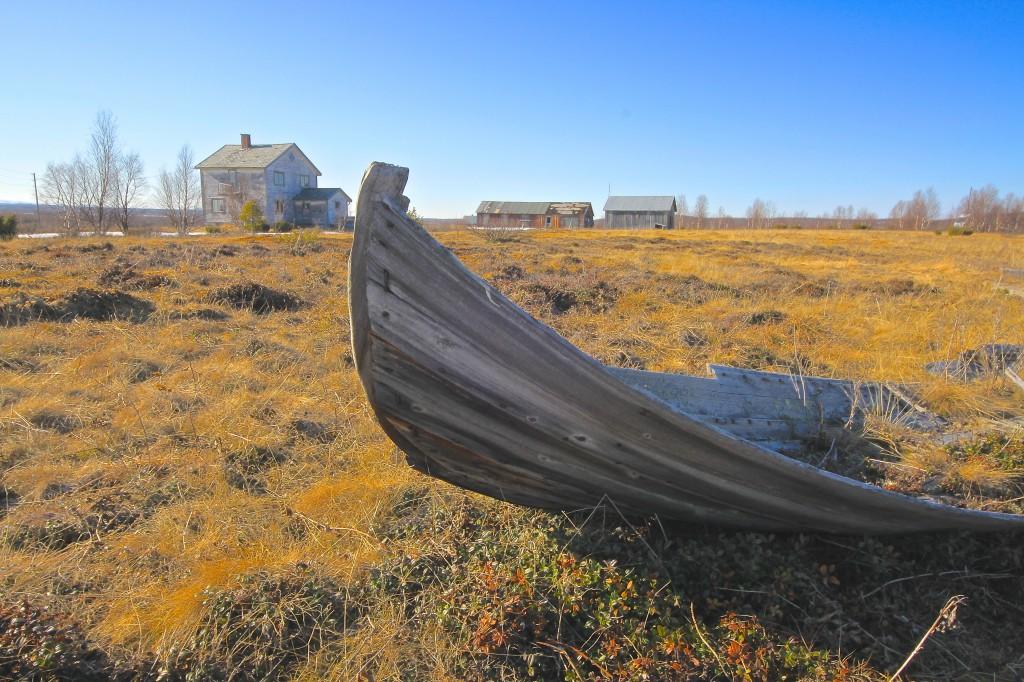 Talo oon jääny auttiiksi Sisä-Finmarkussa.  Likeiselle jänkäle oon veđetty ja jätetty kotitekoinen jokivene, melkkein ko muistomerkiksi siitä kunka ihmiset ennen elethiin ja  pärjäthiin näissä karuissa paikoissa. KUVA ALF E. HANSEN