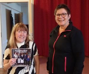 Maja Mella fikk overrakt Reidun Mellems nye bok som takk av Bente Nordhagen.