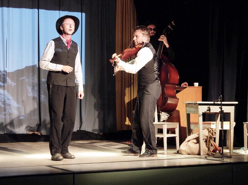 «Tyttöni, tyttöni mun» eli Kulkurin kaiho. Öystein Fredriksen laulaa ja Daniel Wikslund soittaa viuluu.