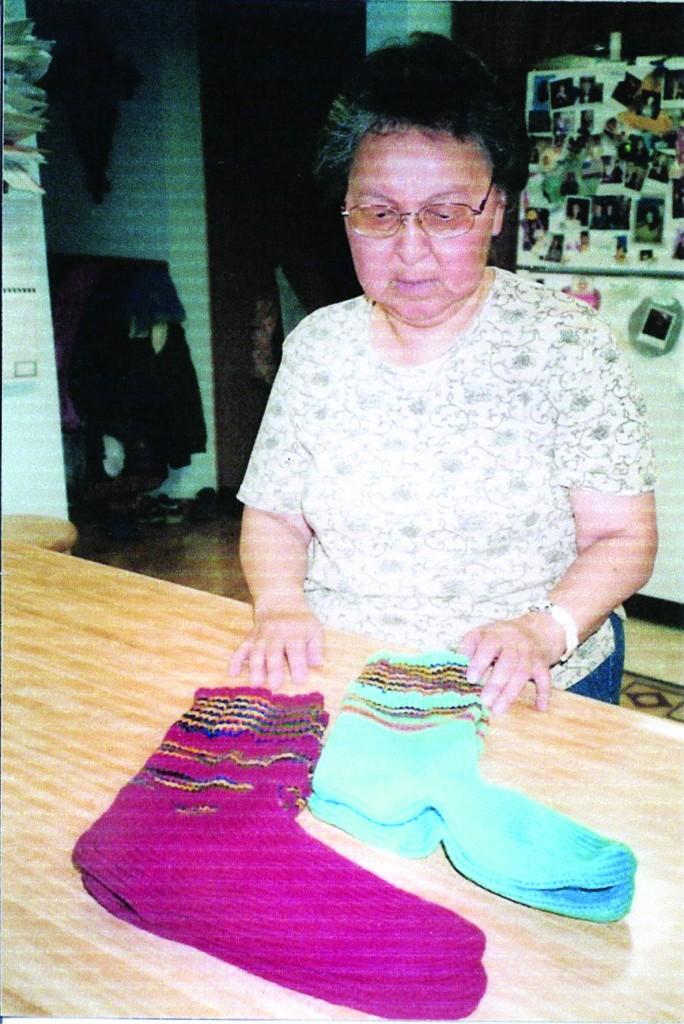 Tess med sokkene som hennes mor Lila hadde strikket til sine brødre i Norge. • Tess ja sukat, jotka hänen äiti Lila oli kutonu hänen veljille Ruijassa.