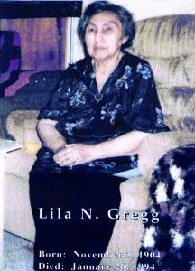 Tante Lila visste om, men fikk aldri kontakt til hennes slektninger i Norge. Hun døde i 1994. Nå har barn og barnebarn opprettet kontakt. •  Hun Lila-täti tiesi, mutta ei koskhaan saanu kontaktii hänen sukulaishiin Ruijassa. Hän kuoli 1994. Nyt oon lapset ja lapsenlapset saanu kontaktin.