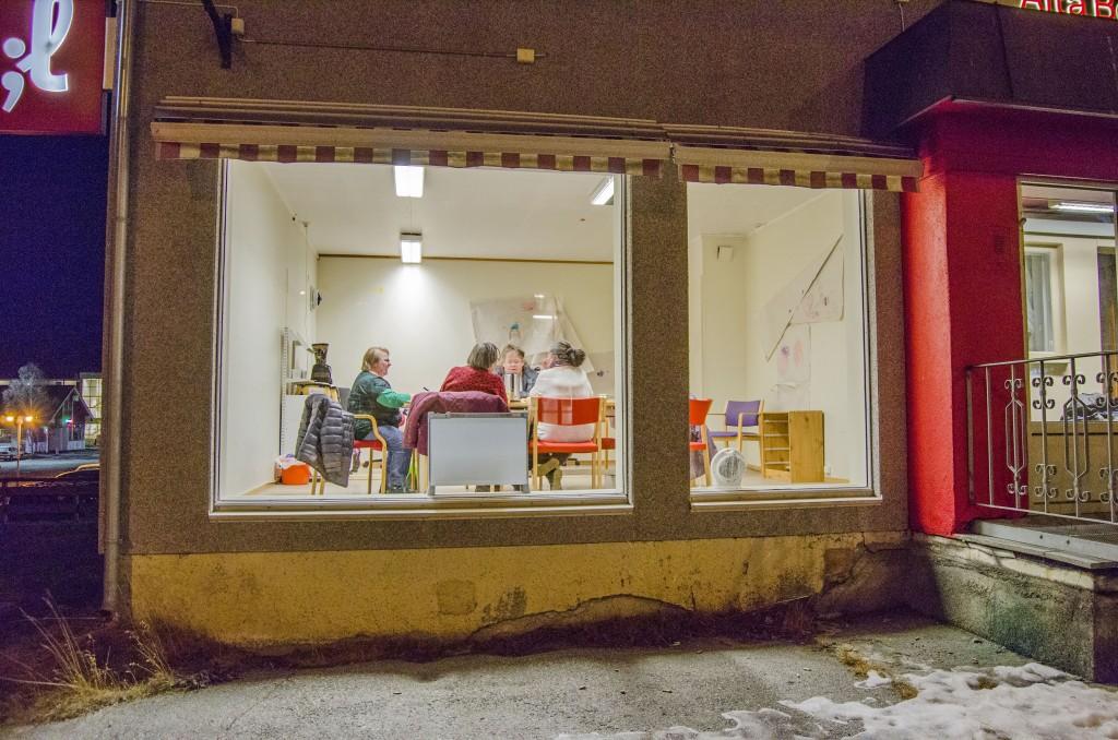 Den nye Kvenstua ligger godt plassert rett ved hovedveien i Alta. Her ser vi Grete Alise Monsen, Tone Juhlsen, Åste Eriksen og Hallfrid Murberg planlegge hva kvenstua skal fylles med av aktiviteter og inventar. Foto: Heidi Nilima Monsen