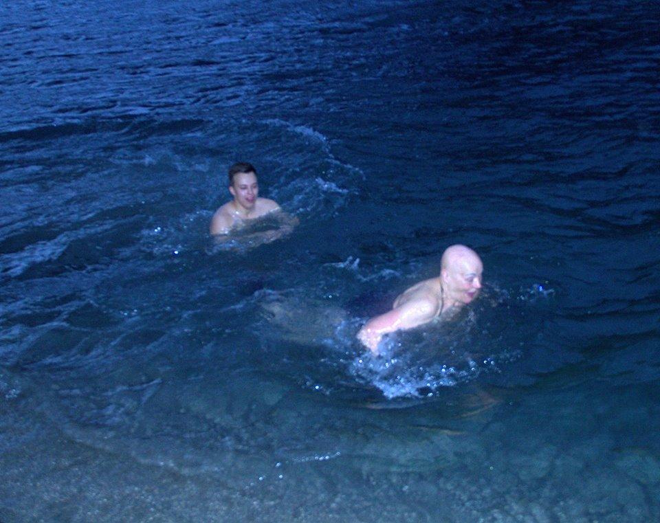 Det ble noen friske svømmetak i elva Pål Vegard Eriksen og Bente Imerslund: