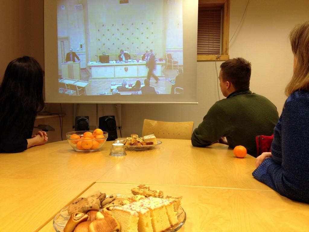 Flere hadde samlet seg på Halti Kvenkultursenter for å følge fylkestinget på nett. Kuva: Halti Kvenkultursenter