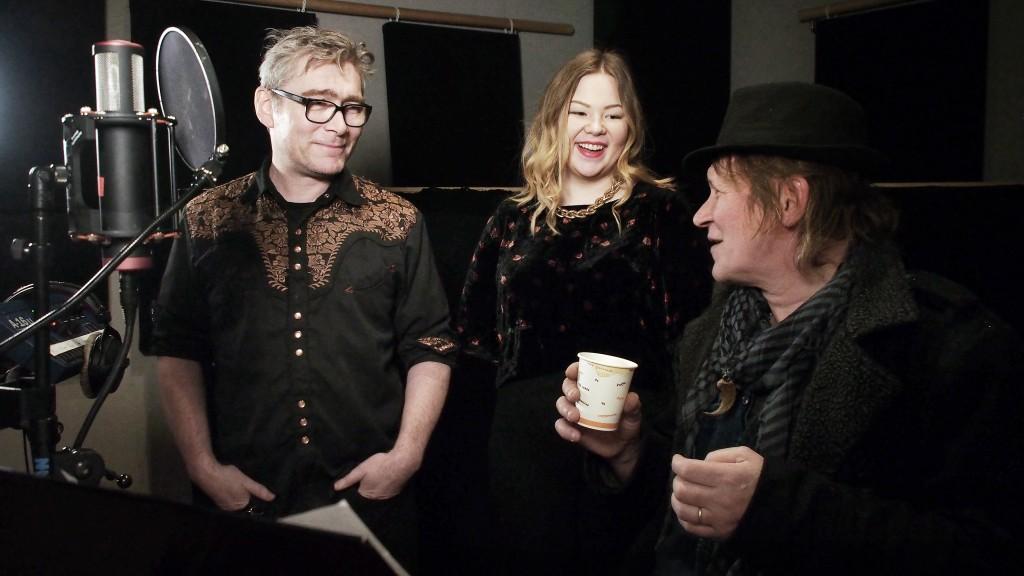"""Petter Pogo (Senjahopen), Noora Ollila (Kveeninuoret) og Stein Olsen (Karlsøy Prestegaard) i studio. Innspilling av ny kvensang """"Jeg vil være kven"""""""