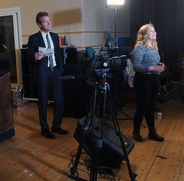 En lettere smånervøs Tromsøordfører i studioet -klar for leve ut popstjernedrømmen.