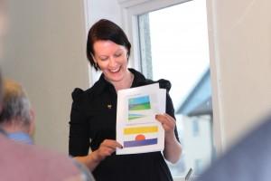 Hilja Huru viser fram flagget som fikk flest stemmer under NKF landsstyrets uforpliktende votering. KUVA HEIDI NILIMA MONSEN