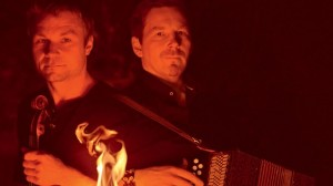 Sveriges nordligste riksspillemenn; Daniel Wikslund og Fredrik Isaksson, som kommer med bandet Tuli Palo til Paaskiviikko