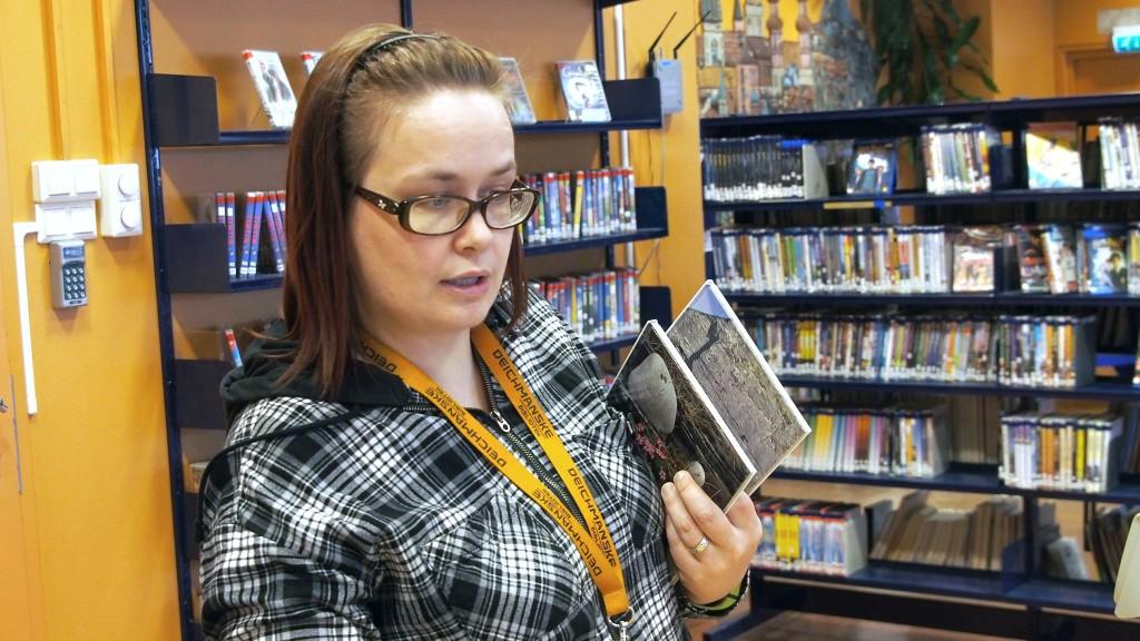 Bibliotekaari Anne Cathrine Johansen oon noutanu Deichmanske biblioteekin kaksi kainunkielistä lastenkirjaa ulos varastosta. – Visshiin met häyđymä laittaat nämät näkkyyvile, hän meinaa. KUVA HEIDI NILIMA MONSEN