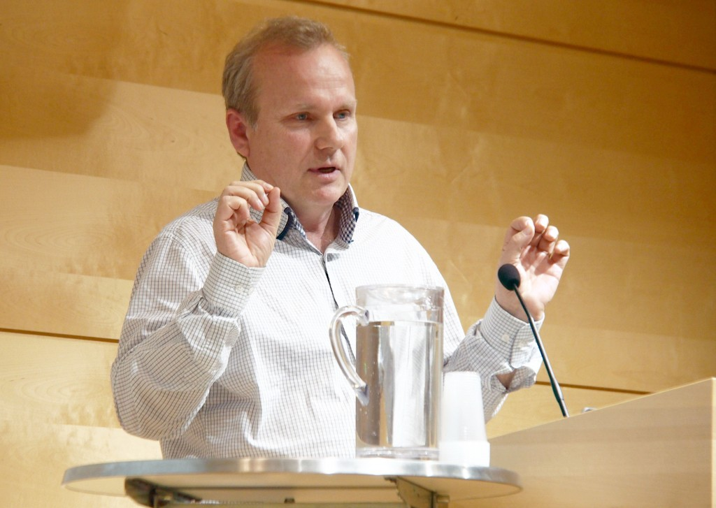 Tutkiijabibliotekaari Lars G. Johnsen oon iloinen siitä ette Nasjunaalibiblioteekki oon saanu Ruijan Kaijun tekstit tutkittavaksi. KUVA LIISA KOIVULEHTO