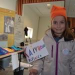 Vilde (8) fra Olderdalen har laget kvensk button og tegnet et eget kvenflagg.