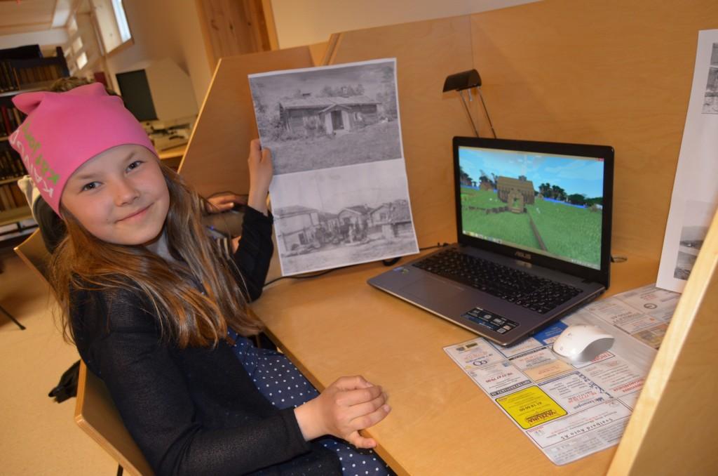 Kaisa (11) viser fram det kvenske bygget hun har laget i kvenlandsbyen i spillet Mindcraft under Paaskiviikko. – Vi har også laget kvenske skilt her, forteller hun. KUVA HEIDI NILIMA MONSEN