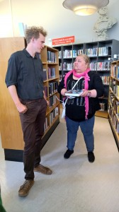 – Missä teilä oon kainunkielissii kirjoi? Ruijan Kaijun journalisti Heidi Nilima Monsen kyssyy bibliotekaari Oddvar Thorsenilta. KUVAT LIISA KOIVULEHTO