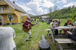 Søndagens familiedag i reisadalen er blitt et populært og kjært innslag under Paaskiviikko. Også i år blir det kvensk gudstjeneste på Bergmo kapell og sammenkomst på Tørrfoss kvengård, i år med musikk ved Reisasnabben og emonstrasjon av håndverk og salg av mat ved Nordreisa husflidlag. KUVA HEIDI NILIMA MONSEN