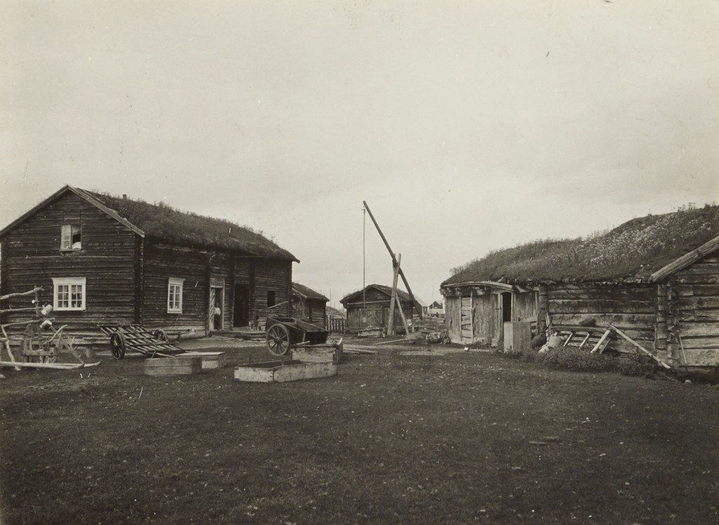 Bilde fra et gårdstun på Elvebakken. Foto: Bugge, Anders Ragnar (1889-1955) / Riksantikvaren