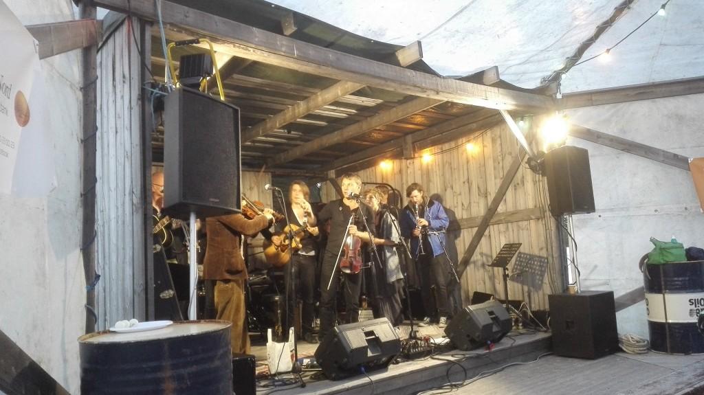 I år var det syvende gang riksspillemann Daniel Wikslund arrangerte kulturfestivalen Flottkalaset på en bitteliten øy i Tjautjasjaur. KUVA PÅL VEGARD ERIKSEN