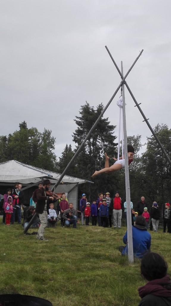 Både konserter og sirkus sto på programmet under flåtefestivalen i Tjautjasjaur. KUVA PÅL VEGARD ERIKSEN