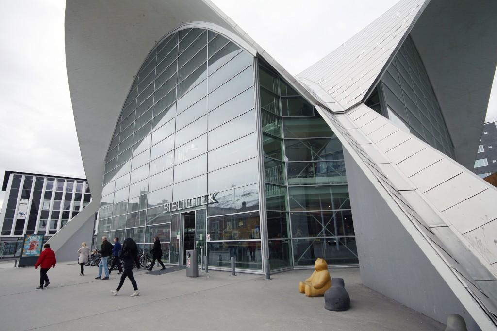 Kainulaislitteratuurii saattaa heti hakkeet omala koodila Tromssan biblioteekistaki. • De nye numrene gjør det kvenske mer synlig både nasjonalt og internasjonalt, også i hovedbiblioteket i Tromsø. KUVA LIISA KOIVULEHTO