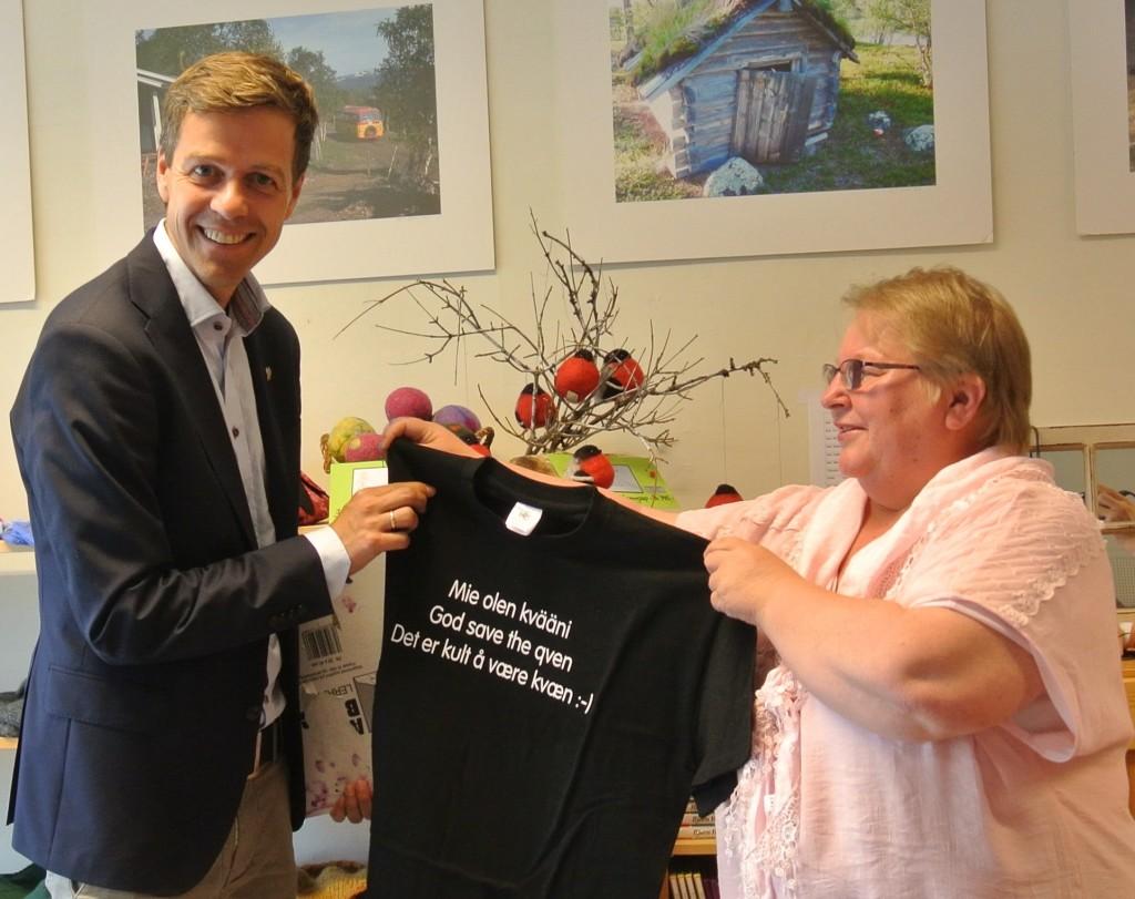 """KrF-leder Knut Arild Hareide fikk en tskjorte med påskriften """"God save the qven"""" da han besøkte Kvenstua i Alta. KUVA HEIDI NILIMA MONSEN"""