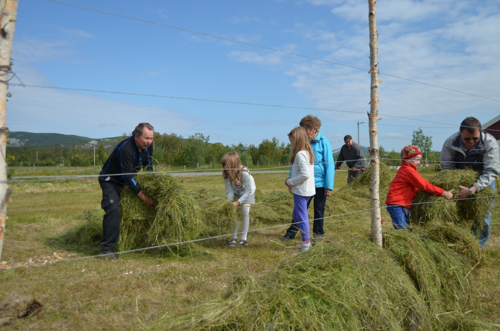 Jan Daleng viser tvillingene Silje og Elise Nymoen Martinsen (8) hesjekunsten. –Det er kjempegøy å hesje, smilte jentene.