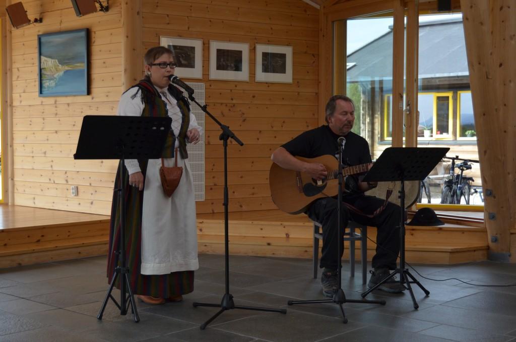 Kaksi Lakso, Cille Dahl og Jan Daleng, framførte tradisjonelle sanger fra blant annet Tornedalen.