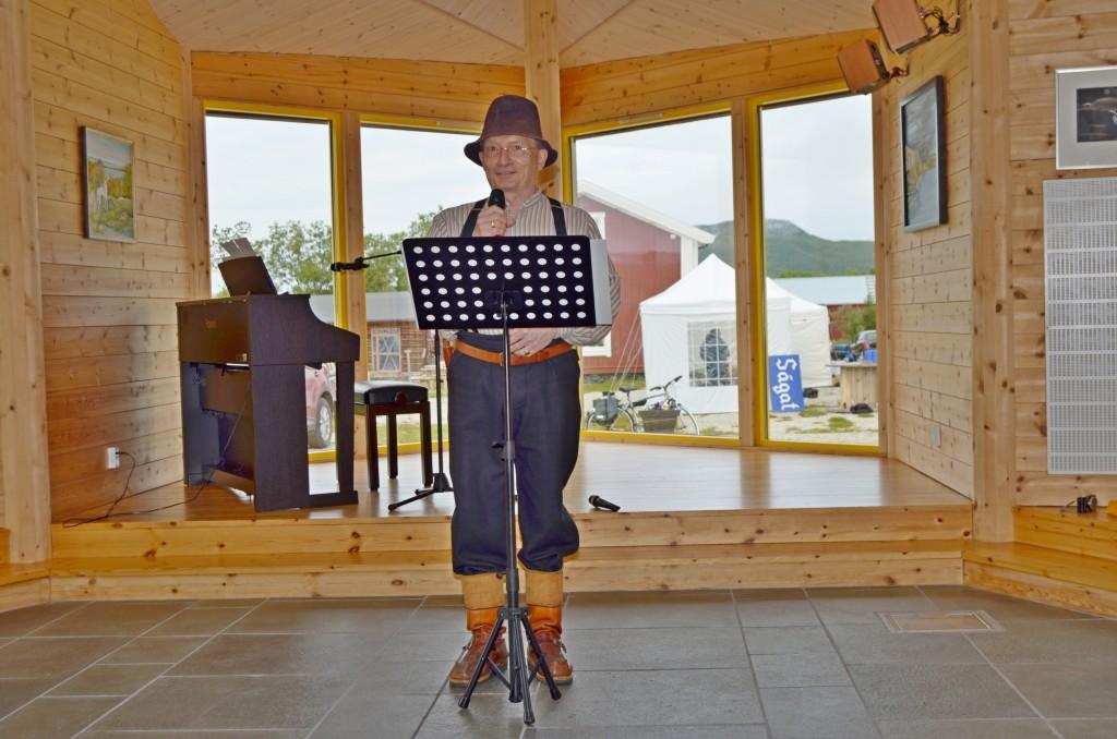 Selveste Kippari, i Terje Aronsens skikkelse, var med åpningen av festivalen. Han holdt et flammende innlegg hvor han blant annet påpekte viktigheten av å beholde skolen i Børselv. KUVA HEIDI NILIMA MONSEN