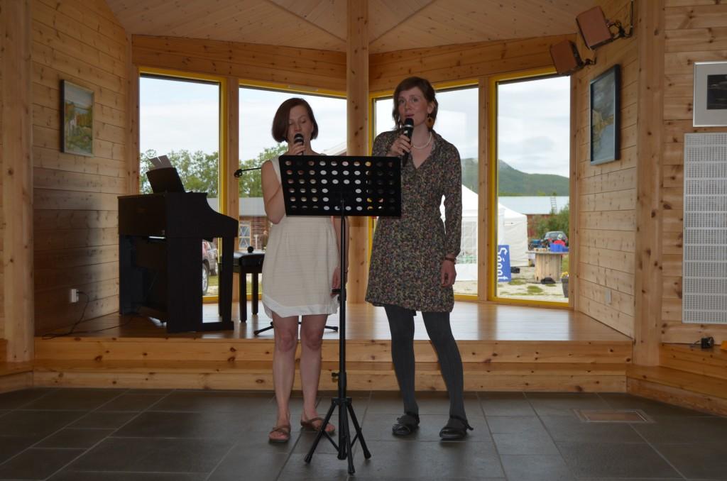 Anna-Kaisa Räisänen og Merethe Kristiansen sang under åpningen av festivalen.