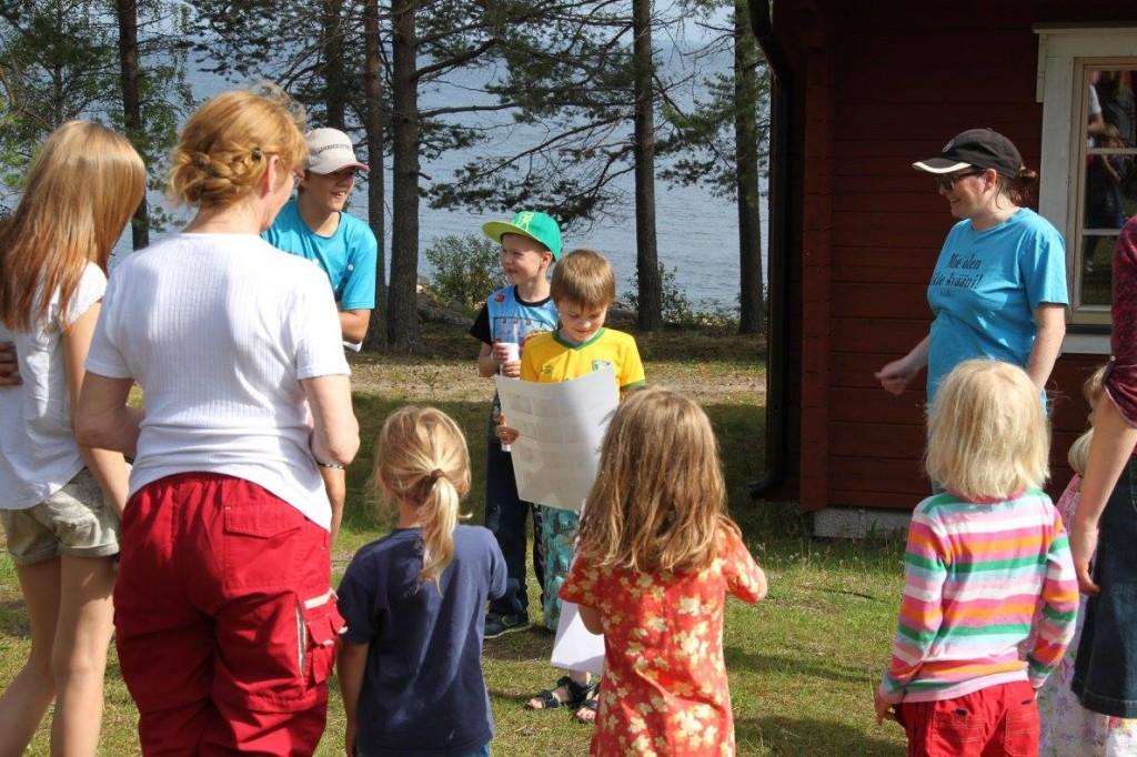 Tove Reibo (t.h) bidro med språkopplegg for deltakerne på sommerleiren på Seskarö. KUVA MEÄN KULTTUURIKEHTO