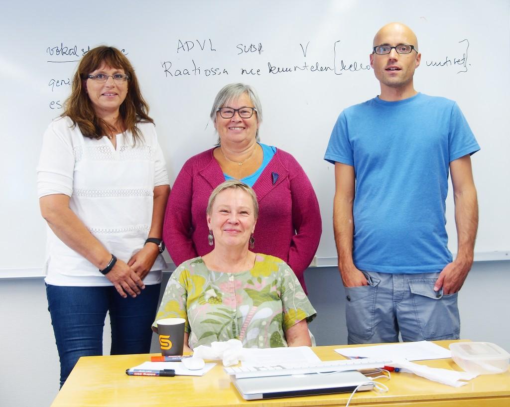 Kainun kielen opiskelijat Åse Harila, Aud Nora Hansen ja Philipp Conzett sekä opettaaja Eira Söderholm. KUVA LIISA KOIVULEHTO