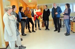 Riksantikvaren og hans delegasjon på omvisning på det tidligere NRK-bygget i Vadsø. KUVA HEIDI NILIMA MONSEN