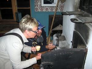 Stina Ahlström Lundberg fikk en demonstrasjon av den unike bakerovnen på Tuomainengården. KUVA HEIDI NILIMA MONSEN