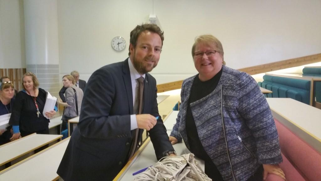 Kunnskapsminister Torbjørn Røe Isaksen håper Grete Alise Monsen og NKF kommer med forslag om hvordan en kan øke rekrutteringa på kvenskutdanningene. KUVA HEIDI NILIMA MONSEN