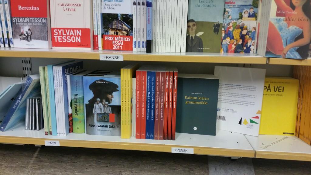 Endelig har de kvenske bøkene på bokhandelen på Universitetet i Tromsø fått rett merkelapp. KUVA HEIDI NILIMA MONSEN