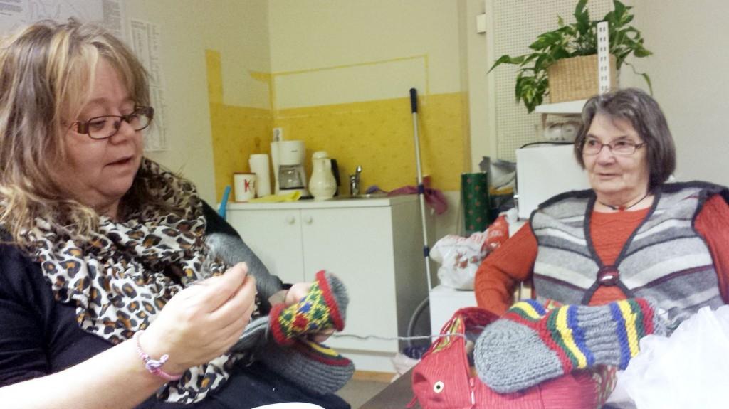 Tone Julsen og Hallfrid Murberg er godt i gang med strikking av kvensokker. – Det var litt plundrete i starten, men når jeg skjønte hvordan de skulle strikkes så gikk det greit, forteller Julsen. KUVAT HEIDI NILIMA MONSEN