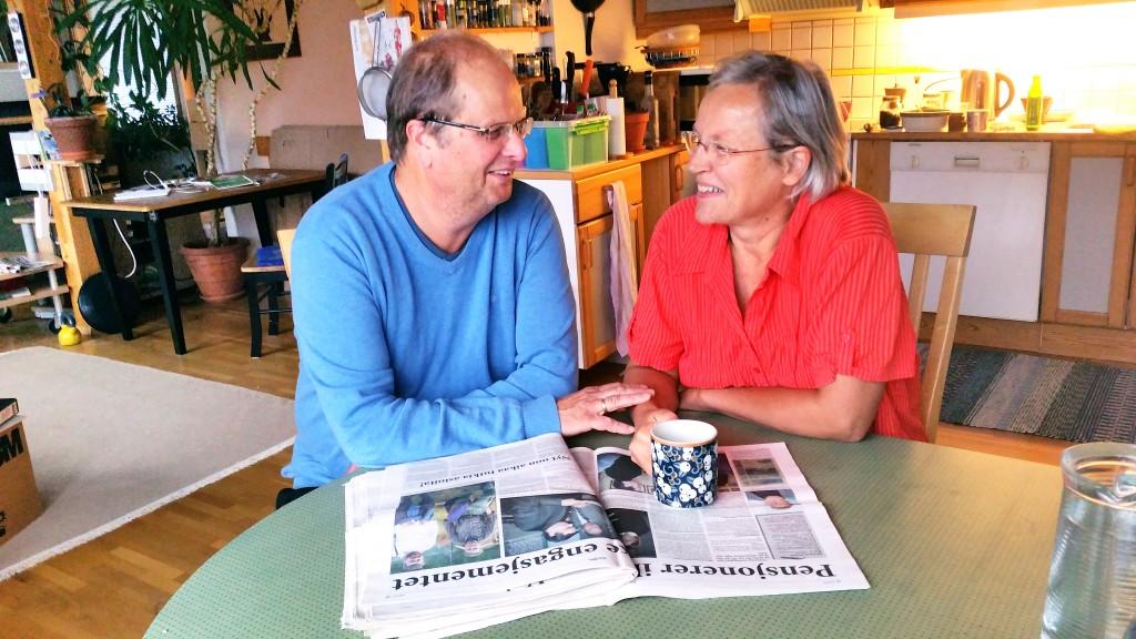 Liisas mann Odd Arne Hanssen husker hvordan de for 20 år siden satt på stuegolvet blant stabler av aviser, klistret på adresselapper og pakket avisene inn på en måte som Posten ville ha det.