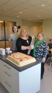 Hilja Huru og Grete Alise Monsen i forbundsstyret til Ruijan Kveeniliitto - Norske Kveners Forbund kom med blomster til fungerende redaktør Heidi Nilima Monsen. KUVA PRIVAT