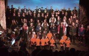 Kvääniäänii-kuoro lauloi aukaisemisjuhlassa Mollis-kuoron ja lasten Stjernekuoron kans. Tromssan fylkinmuusikkerit pelathiin. KUVA: LIISA KOIVULEHTO