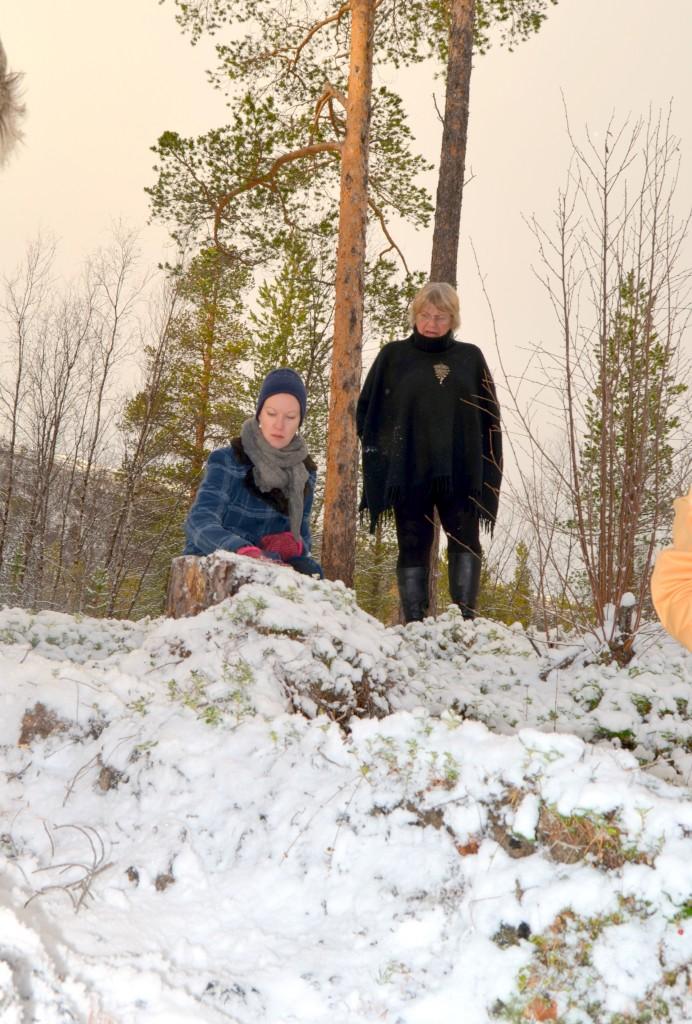 Anne-Gerd Jonassen (t.h), her sammen med Hilja Huru, mener det vil være et overgrep ovenfor kvenene å bygge en trafostasjon på dengamle tjæremila på Skillemoen. KUVA HEIDI NILIMA MONSEN