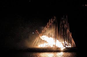 Tuliskulptuuri paloi ja rätisi mustala jovela. KUVA: LIISA KOIVULEHTO