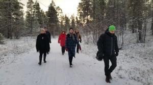 Delegasjonen brukte nesten en time på å finne fram til tjæremila i den store Skillemoskogen.