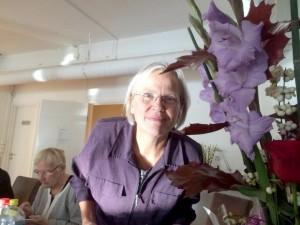Liisa fikk vakre blomster fra Kveeninuoret. KUVA ESKILD JOHANSEN