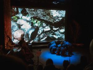 Manalaislapset tuothiin viimisen kiven kivirovan pääle - mikä oon Halti-sentterin aulassa. KUVA: LIISA KOIVULEHTO