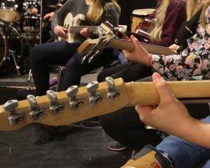 Jokku olthiin soittanheet kitarii ennen, mutta jokku freistathiin ensimmäisen kerran.