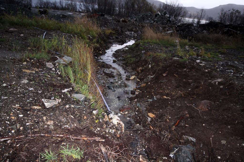Tekniske problemer, feilleveranser osv har gjort at anleggsarbeidet som hindret badstuebekken på nordspissen av Trømsøya er blitt forsinka. KUVA LIISA KOIVULEHTO