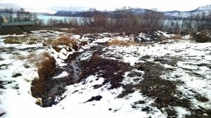 Kommunen har nylig åpnet en liten grøft i fyllingsmassene slik at noe av vannet kan renne ned til bekken mot badstua. KUVAY: LIISA KOIVULEHTO