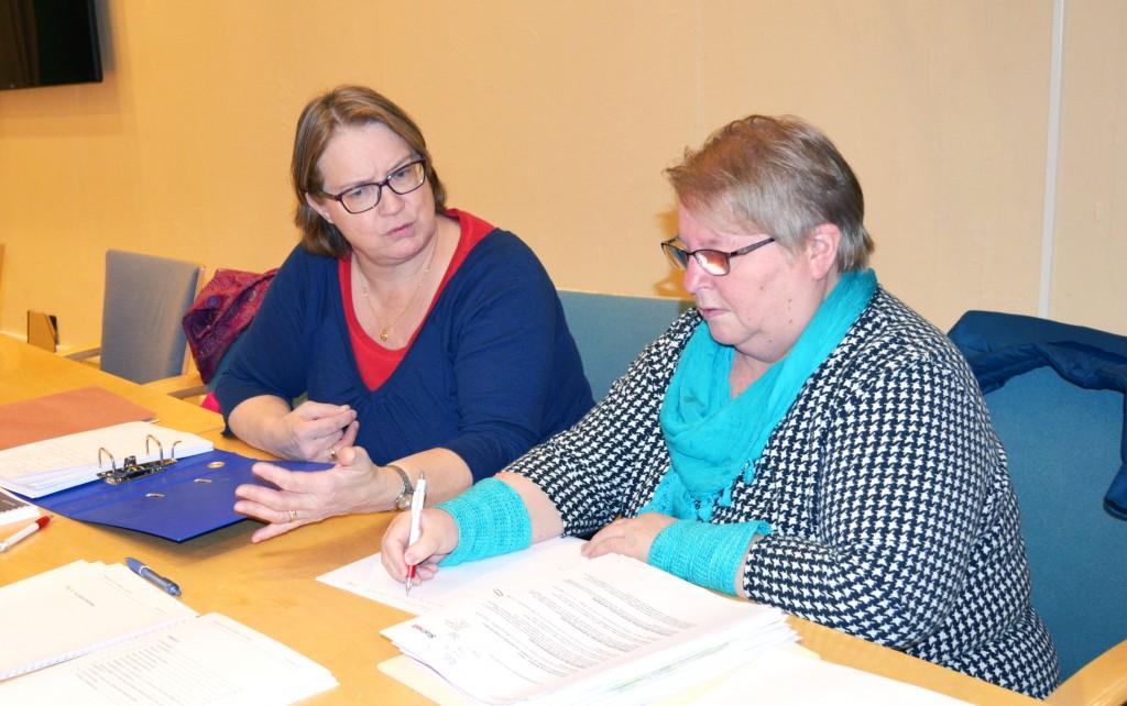 Åshild Karlstrøm Rundhaug og Grete Alise Monsen i Alta kvenforeningen har vært på rådhuset for å gå igjennom dokumentene som omhandler reguleringen av Skillemoen. KUVA HEIDI NILIMA MONSEN