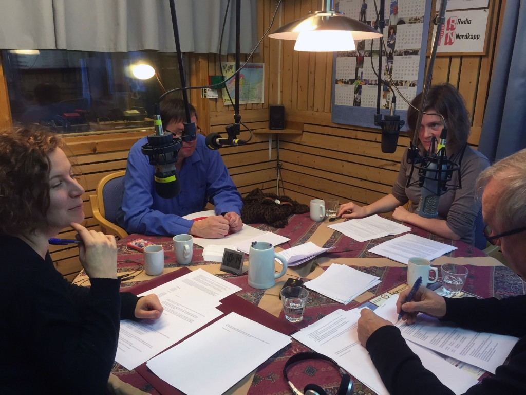 Anna-Kaisa Räisänen og Merethe Eidstø Kristiansen fra Kvensk Institutt har vært med å spille inn et lydkurs hos Raymond Elde på Nordkapp radio. KUVA KARIN LARSEN
