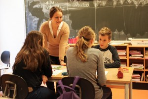 Suomi-koulussa mielenkiinto pidetään yllä monipuolisilla tehtävillä. Opettaja Erika Lauri kiertelee luokassa auttamassa oppilaita. KUVA: KAROLIINA HUHTANEN