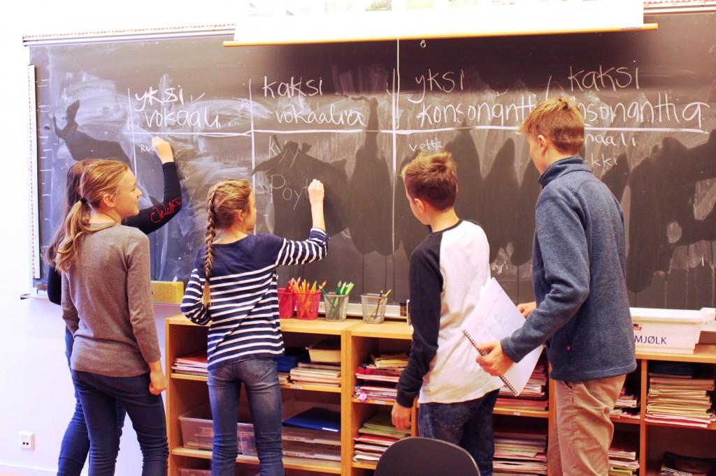 Suomi-koulun oppilaat ovat aktiivisia ja osallistuvat rohkeasti oppitunneilla. Opettajan ei tarvitse kahdesti käskeä, sillä oppilaat menevät reippaasti kirjoittamaan vastauksia taululle. KUVA: KAROLIINA HUHTANEN