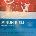 Lærebøkene har fått støtte fra fylkesmannen i Troms og fylkesmannen i Finnmark. Bøkene kan brukes på 1.-7. årstrinn og kan bestilles hos Porsanger kommune. Forsidebilde er laget av Tord-Eskil Olsen, Lemmijoven koulu.